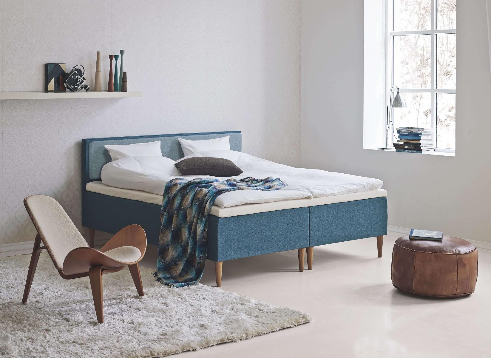 Blå Tempur seng med topmadras fra Tempur og blå sengegavl